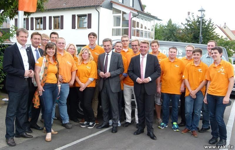 Unser Foto zeigt Oettinger inmitten des Bareiß-Wahlkampfteams