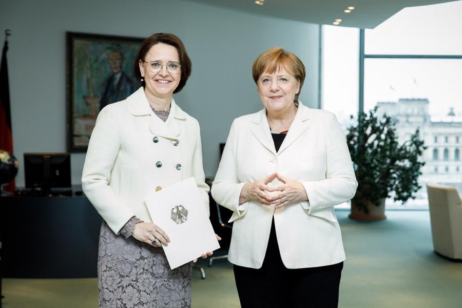Vereidigung von Staatsministerin Widmann-Mauz MdB bei der Bundeskanzlerin (Bundesregierung / Jesco Denzel)