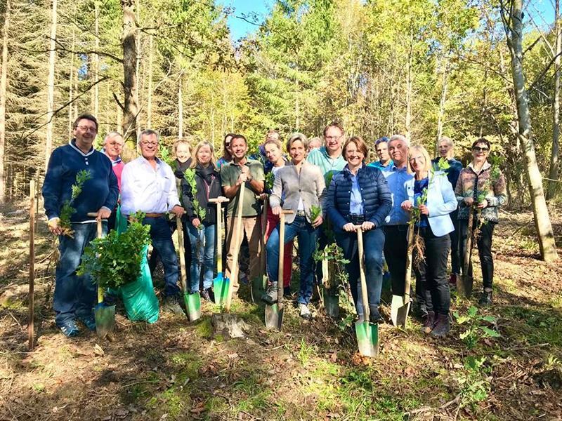 Der CDU Kreisverband Zollernalb gemeinsam mit Förster Rainer Wiesenberger bei der Baumpflanzaktion im Hechinger Wald